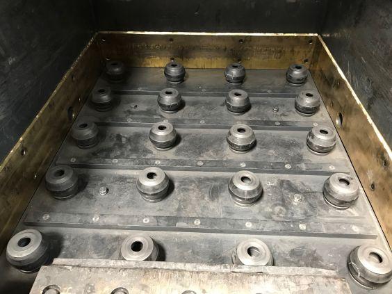 Schutzvorrichtung, bestehend aus 20 TUBUS Sicherheitsdämpfern der ACE Stoßdämpfer GmbH, auf denen die Schublade der Krätzesortieranlage im Betrieb gelagert ist.